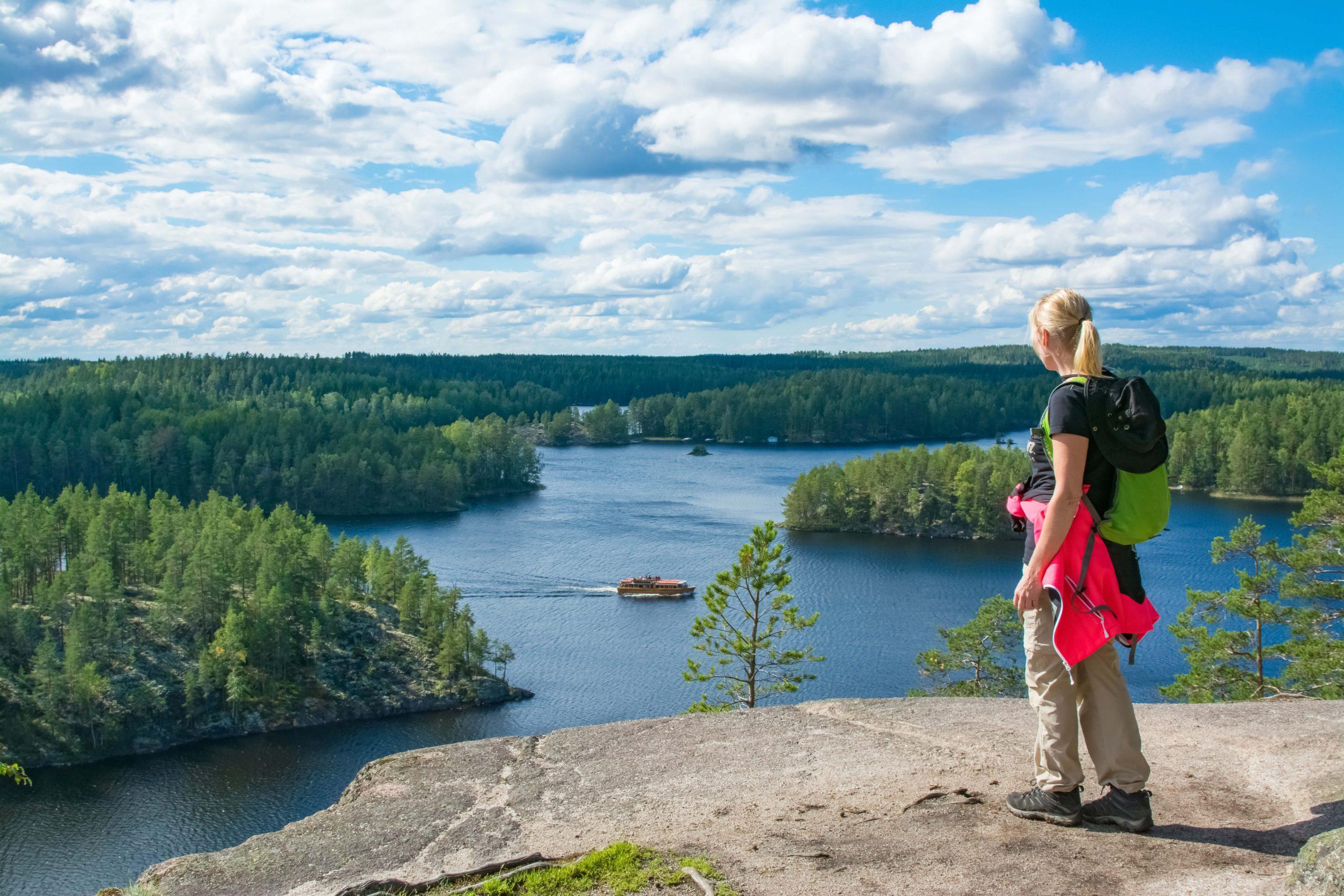 フィンランドの旅行風景、湖を眼下に