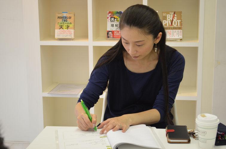 書くワーク中の女性